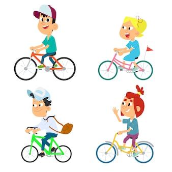 Set di diversi bambini in bicicletta.