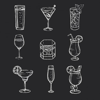 Set di diverse bevande disegnate a mano sulla lavagna.