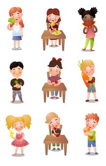 Set di diversi bambini che mangiano cibi freschi e sani