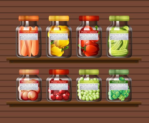 Set di diverse verdure in diversi barattoli sugli scaffali a muro