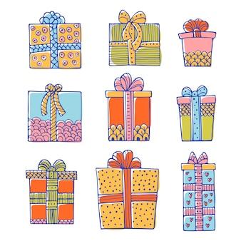 Set di scatole regalo di compleanno o di natale scarabocchiate isolate su sfondo bianco