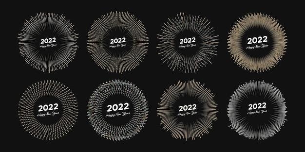 Set di otto fuochi d'artificio con iscrizione 2022 e felice anno nuovo. esplosione con raggi di linea cartolina di natale isolata su sfondo nero. illustrazione vettoriale