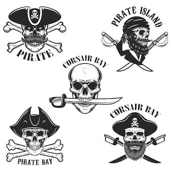 Set di emblemi con teschi pirata e armi. elemento per logo, etichetta, distintivo, segno. illustrazione
