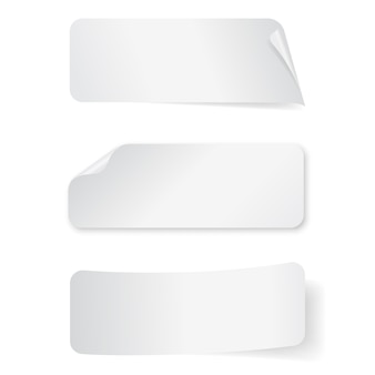 Set di adesivi rettangolari di carta vuota su sfondo bianco.