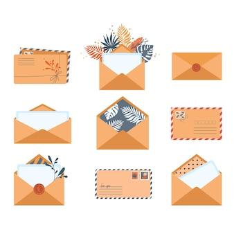 Set di buste in diverse viste isolate su uno sfondo bianco simbolo del messaggio postale