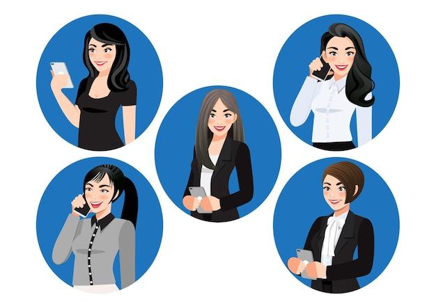 Set di smartphone uso femminile piatto. donne d'affari in chat o navigare in internet sul telefono cellulare.