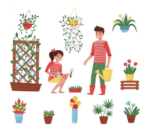 Insieme di elementi da giardino. diverse piante in vasi di ceramica, fiori in vasi, ragazzo carino e ragazza con attrezzi da giardino