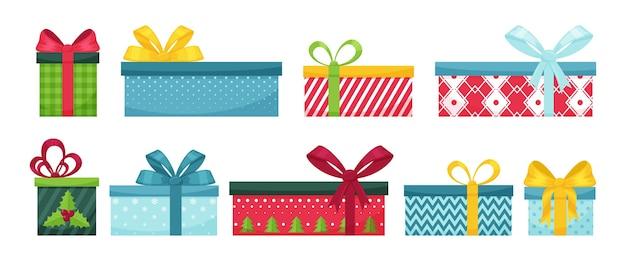 Set di scatole regalo con fiocchi. scatole luminose con motivi diversi. regali di natale isolati su bianco. elementi di design per opuscoli, volantini e cartoline. colore in stile piatto.
