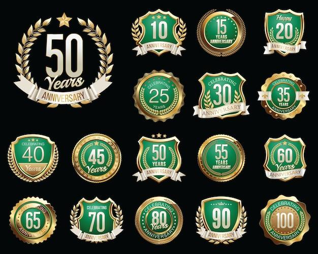 Set di badge anniversario d'oro isolato sul nero
