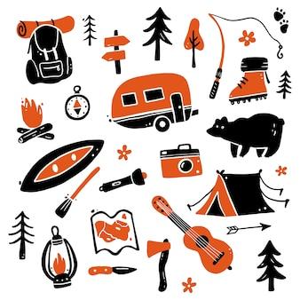 Set di turismo disegnato a mano e attrezzature da campeggio.