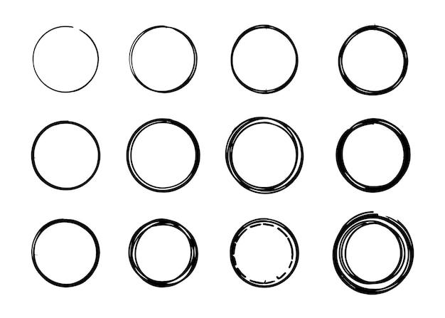 Insieme di vettore disegnato a mano doodle schizzo linea cerchio isolato su priorità bassa bianca.