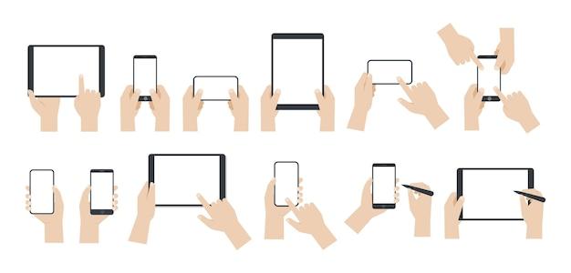 Set di mani che tengono smartphone e tablet con schermo vuoto su sfondo bianco