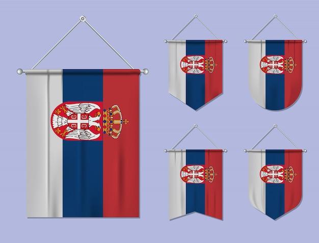 Set di appendere bandiere serbia con trama tessile. forme di diversità del paese di bandiera nazionale. stendardo modello verticale.