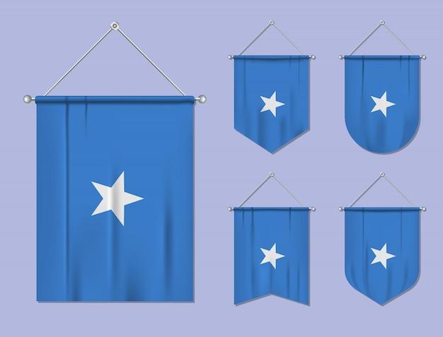 Set di bandiere sospese somalia con trama tessile. forme di diversità del paese di bandiera nazionale. stendardo modello verticale.