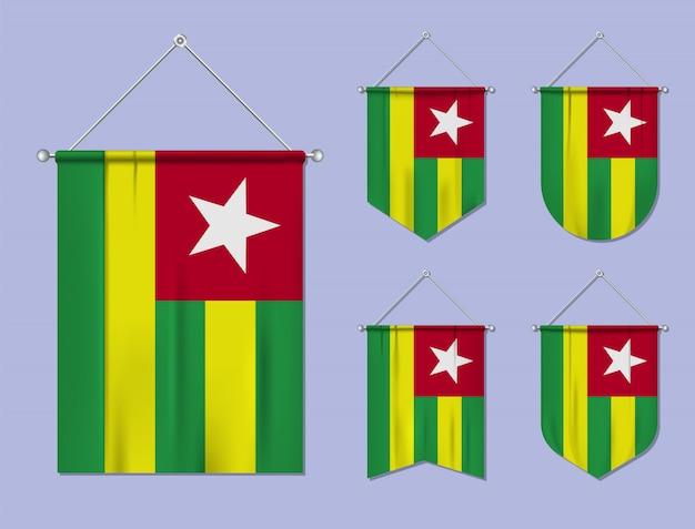 Set di bandiere sospese togo con trama tessile. forme di diversità del paese di bandiera nazionale. stendardo modello verticale.