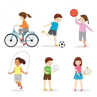 Insieme di bambini felici che giocano e che esercitano sport per una buona salute