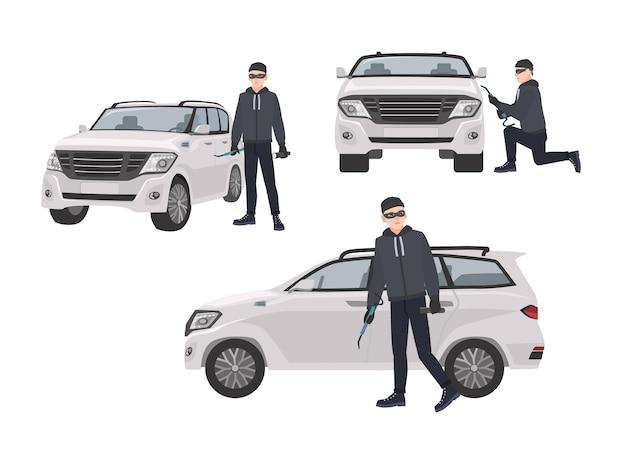 Set di dirottatore che indossa abiti neri e maschera in piedi accanto all'auto e cerca di entrare in essa