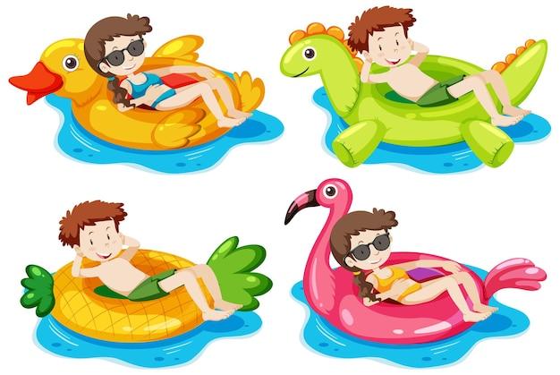 Set di bambini sdraiati sul loro anello di nuoto nell'acqua isolata
