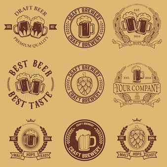 Set di modelli di etichette con boccale di birra. emblemi di birra. bar. pub. elementi di design per logo, etichetta, emblema, segno, marchio.