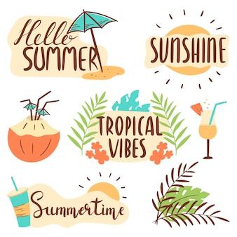Imposta la scritta ciao estate, vibrazioni tropicali, sole. adesivi cocktail rinfrescanti, foglie, fiori.