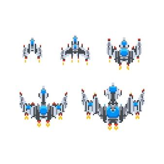 Set di salire di livello dell'eroe di gioco vintage di piccole astronavi carine in stile pixel art isolato su bianco