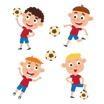 Set di ragazzini in maglietta e short giocare a calcio, bambini simpatici cartoni animati calciare il pallone da calcio su bianco.