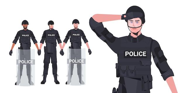 Impostare poliziotti di razza mista in pieno equipaggiamento tattico poliziotti antisommossa manifestanti