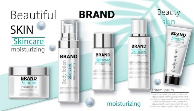 Set di crema idratante per il corpo con perline blu e foglie di palma sullo sfondo. cura della pelle di marca. posto per il testo. realistico