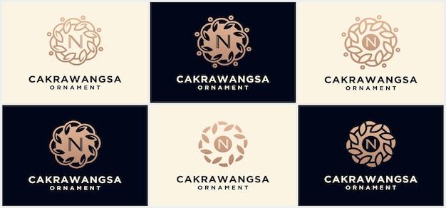Set di modelli di logo di ornamenti naturali, loghi e disegni di emblemi in stile naturale lineare di concetto cosmetico floreale e naturale