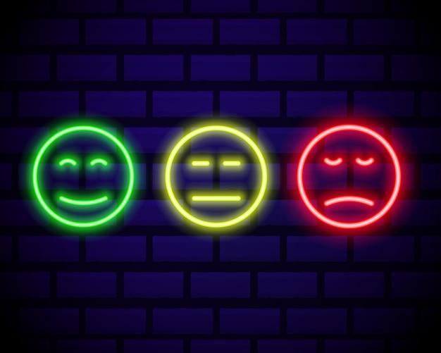 Set di emoticon sorriso al neon isolato sul muro di mattoni scuri. icone di linea. faccine felici e infelici. set di emoji. set di colori emoji.