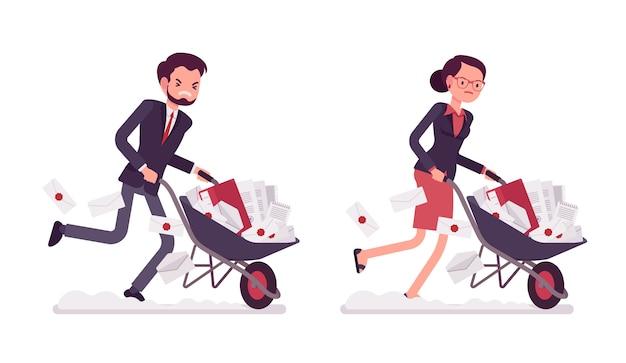 Insieme di impiegati che spingono una carriola con i documenti