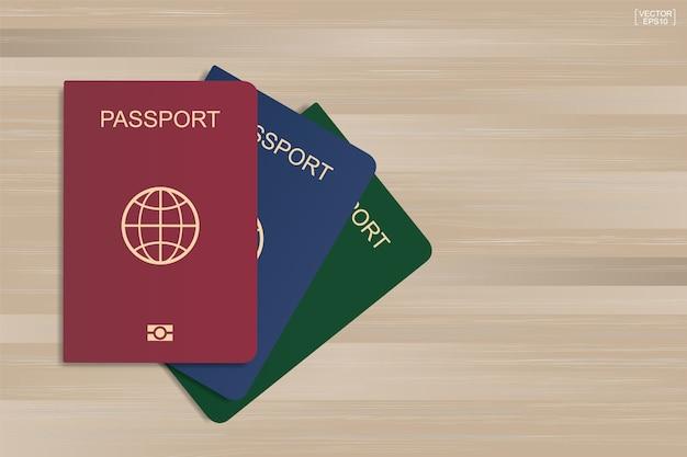 Set di passaporto su uno sfondo di legno.
