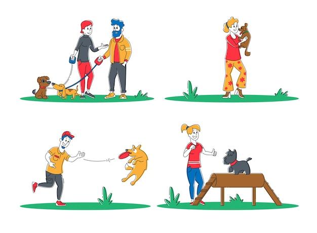 Insieme di persone trascorrono del tempo con animali domestici all'aperto