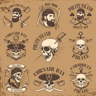 Set di emblemi pirata su sfondo grunge. teschi corsari, armi, spade, pistole. elementi per logo, etichetta, emblema, segno, poster, t-shirt. illustrazione