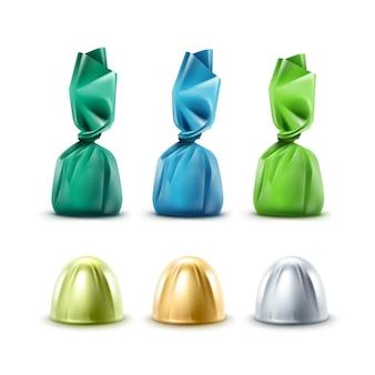 Set di caramelle al cioccolato realistiche in involucro di lamina lucida blu verde argento dorato colorato vicino isolato su sfondo bianco