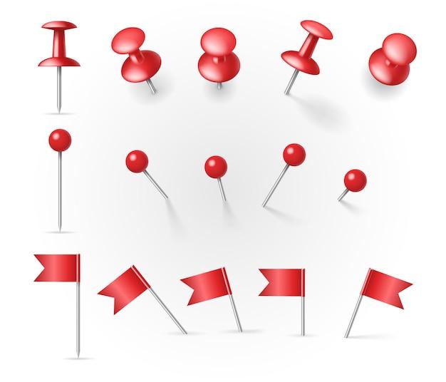 Set di puntine da disegno realistiche e thumbtags con bandiere e pulsanti a diverse angolazioni