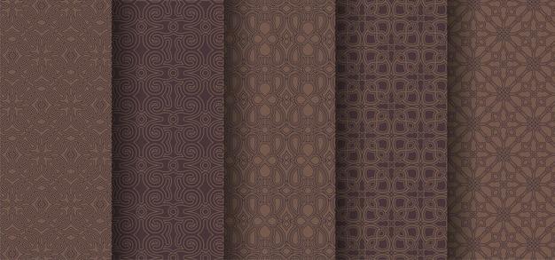 Set di motivi ornamentali senza soluzione di continuità su sfondo marrone