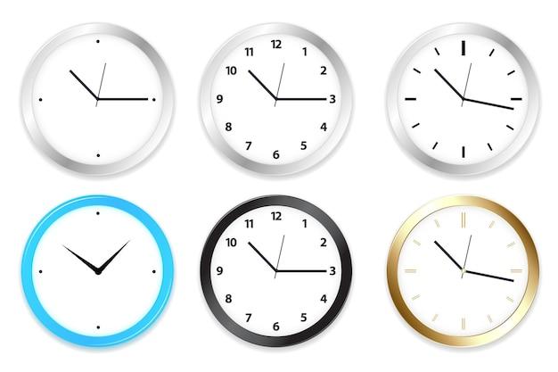 Un insieme di sei orologi sulla parete, isolato su bianco