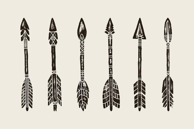 Un insieme di sei frecce indiane etniche di tiraggio della mano. illustrazione di vettore delle frecce hipster isolate su priorità bassa bianca con struttura di lerciume. modello per la creazione di loghi, stampe su t-shirt, motivi e altro