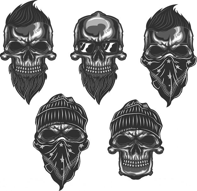 Set di teschi con barbe, tagli di capelli, occhiali, cappelli e bandana. monocromatico.