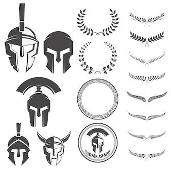 Set di caschi guerrieri spartani ed elementi per emblemi creano.