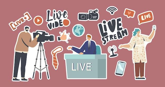 Set di adesivi live stream, tema di notizie. operatore video con fotocamera, presentatore seduto al programma di condotta della scrivania, donna con telefono. personaggi di vlogger, reporter. cartoon persone illustrazione vettoriale