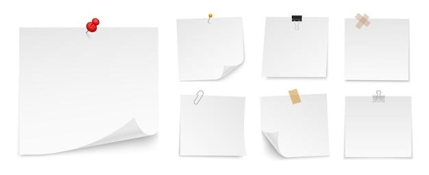Set di foglietti adesivi di carta con puntina, nastro adesivo, clip legante. fogli di carta in bianco per nota. vista frontale. modelli per il tuo messaggio.