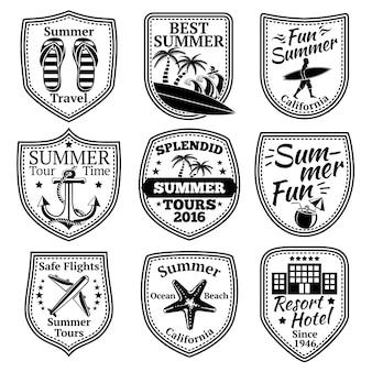 Set di etichette estive con surfista, ancoraggio, palme, infradito, cocktail, hotel, aeroplano di stelle marine