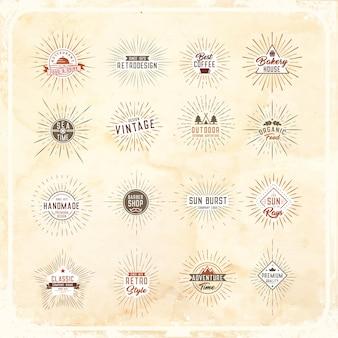 Insieme dei raggi dello sprazzo di sole con elementi di design del logo su uno sfondo di carta vecchia.