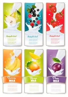 Set di tre etichette di frutta in spruzzi di latte e bottiglie con etichette. uva spina, fragola, mirtillo, miele, arancia. vettore