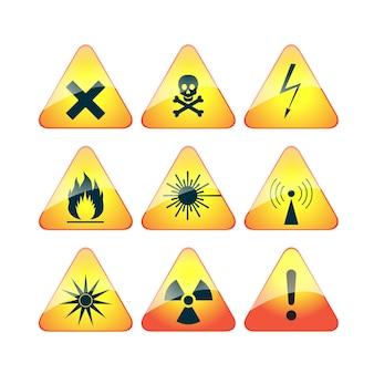 Set di segnali di pericolo di avvertimento triangolari. segni alta tensione, veleno, radiazioni.