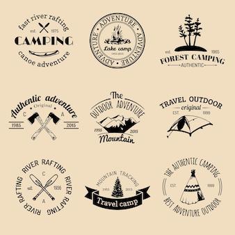 Set di emblemi retrò campeggio vintage.