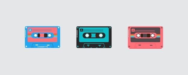 Insieme di retro cassetta di musica d'annata su fondo bianco. cassette audio in plastica, dispositivi multimediali vintage, registrazione di musica icone isolate.