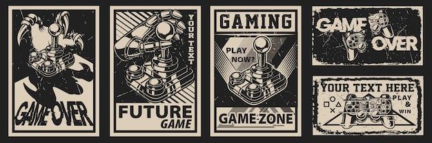 Set di poster vintage sul tema del gioco su uno sfondo scuro. tutti gli elementi sono in gruppi separati.